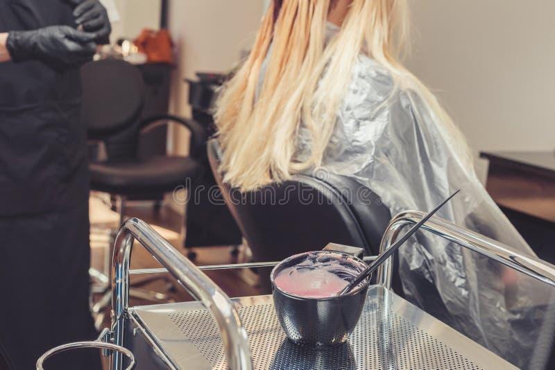 Friseur übergibt das Vorbereiten einer Färbung in einem Behälter lizenzfreie stockfotos