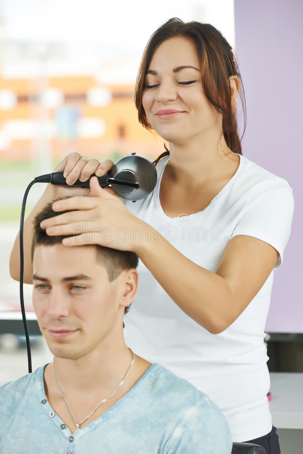 weiblicher friseur bei der arbeit, die haarschnitt macht