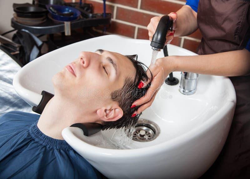 Friseur bei der Arbeit Mann am Friseursalon stockfotos