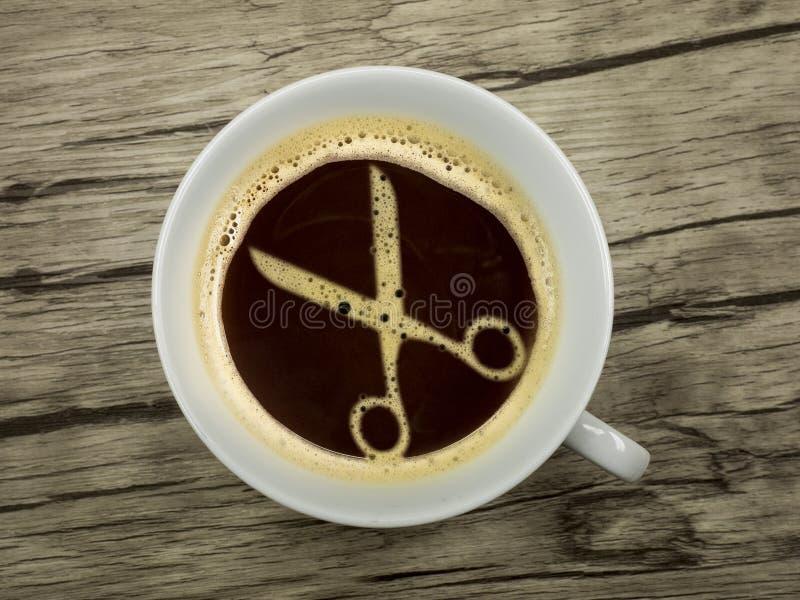 Friseur bietet Kaffee an lizenzfreies stockfoto