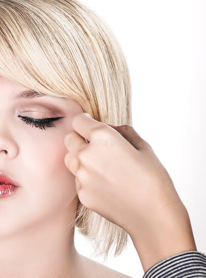 Friseur, der ein schwieriges Haar herstellt lizenzfreies stockfoto