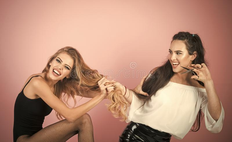 Friseur, der Frisur für Frau in Friseur ` s tut stockfotos