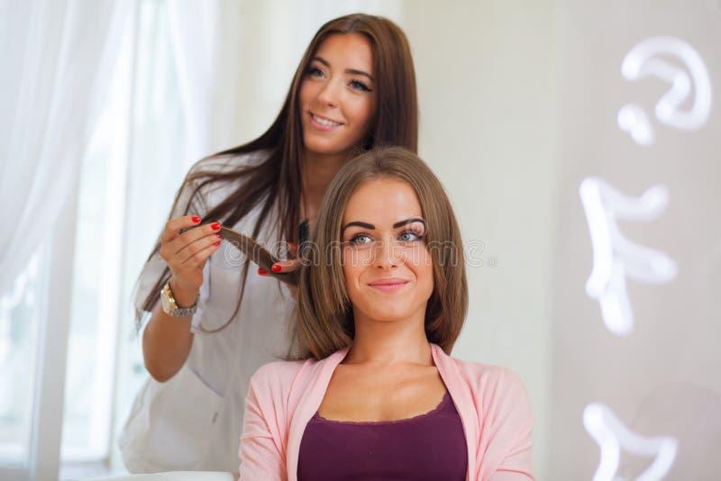 Friseur, der Haarschnitt für Frauen im Frisörsalon tut Conce stockfotografie