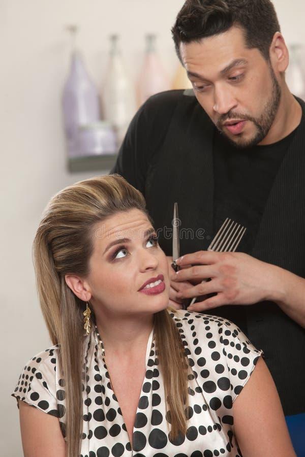 Friseur, der mit Kunden spricht lizenzfreie stockbilder