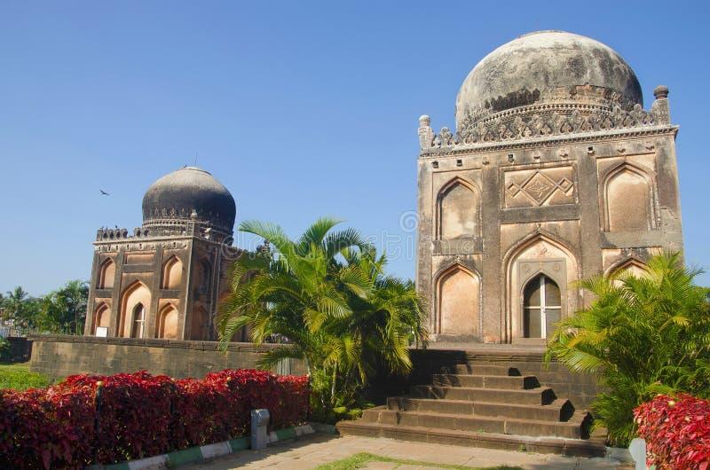 Friseur ` s Grab auf dem links und Grab von Khan Jahan auf dem Recht Garten Barid Shahi, Bidar, Karnataka lizenzfreies stockfoto