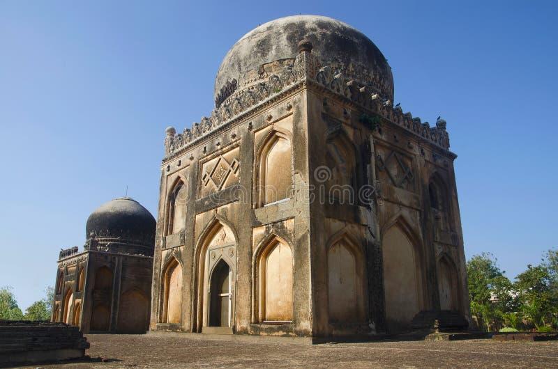 Friseur ` s Grab auf dem links und Grab von Khan Jahan auf dem Recht Garten Barid Shahi, Bidar, Karnataka stockbilder