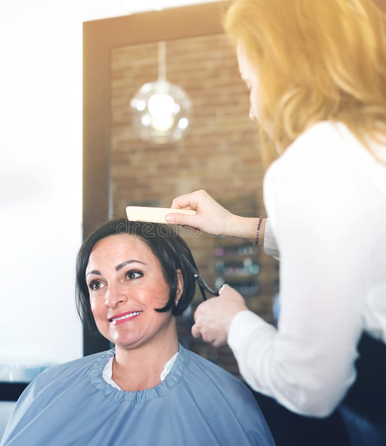 Download Friseur Tut Zum Frauenhaarschnitt Mit Gebrauch Von Scheren Und Hairb Stockbild - Bild von duftstoff, lang: 90234525