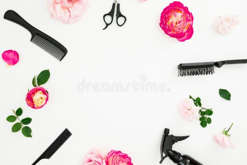 Friseurkonzept mit Spray, Scheren, Kämmen und Rosenblumen auf weißem Hintergrund Schönheitskonzept mit Kopienraum Flache Lage, t lizenzfreies stockbild