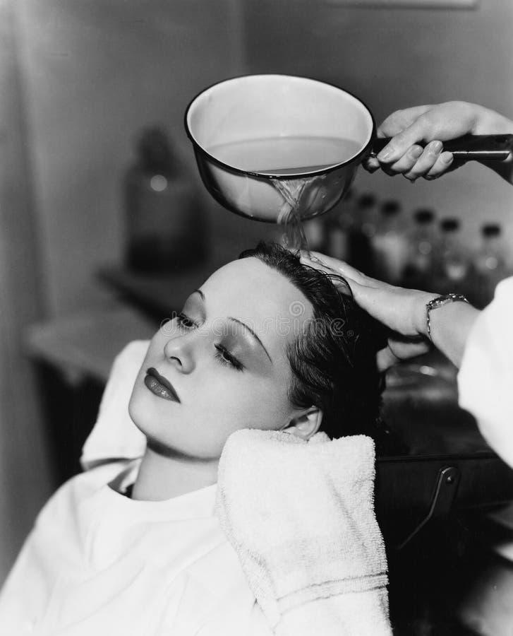 Friseurreinigungshaar einer jungen Frau in einem Friseursalon (alle dargestellten Personen sind nicht längeres lebendes und kein  lizenzfreie stockbilder