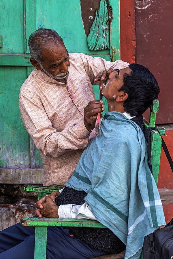 Friseursalon auf den Banken des Gangess in Varanasi, Indien lizenzfreies stockbild