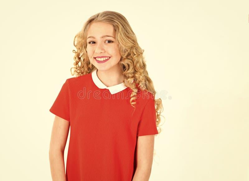Friseursalon, Friseur, skincare, Blick Friseur, Make-up, Shampoo Kleines Mädchen mit dem gelockten langen Haar und Make-up glückl stockbilder