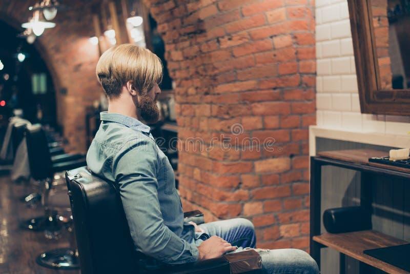 Friseursalonkonzept Rückseiteporträt des bärtigen rauen Mannes Er stockfotografie