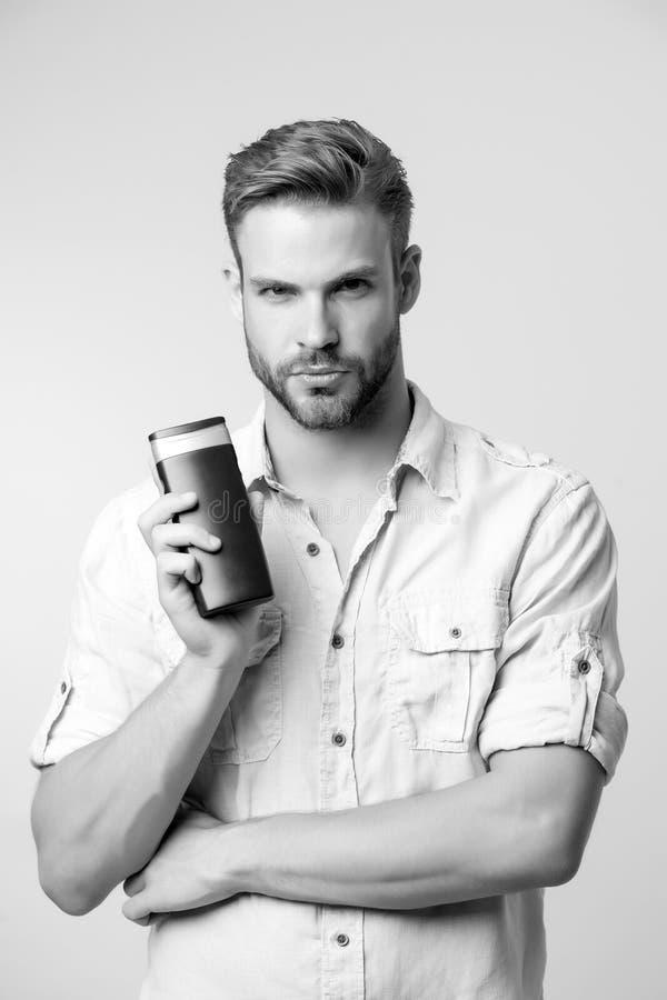 Friseursalonpflegen Machogriffgelrohr lokalisiert auf Weiß Bärtige Manngriff-Shampooflasche Skincare und Haarpflege lizenzfreie stockfotografie