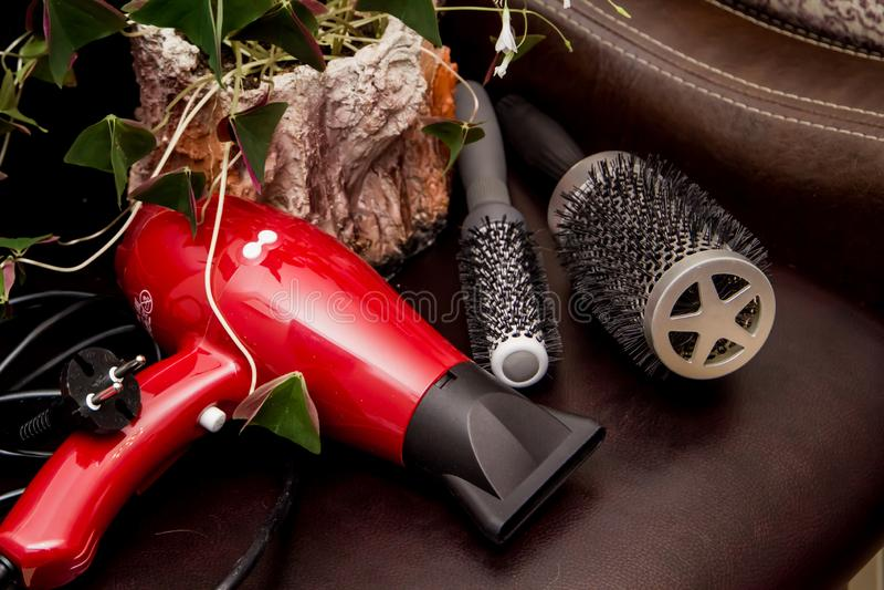 Friseurwerkzeugnahaufnahme Vorbereiten für einen Haarschnitt und Schaffung einer Frisur Berufstool-kit stockfoto
