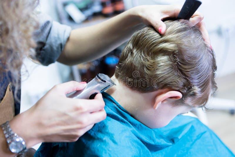 Friseurzutat-Jungenhals stockbilder
