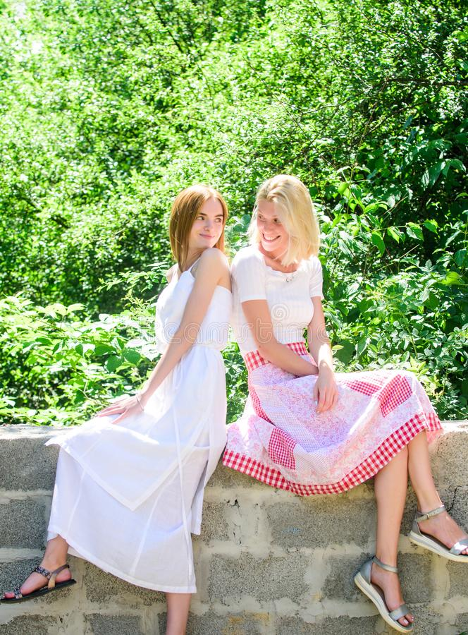 Friskhet av sund hud Skincare och wellness fashion sommaren härliga kvinnor i gräsplan parkerar naturlig sk?nhet V?r royaltyfri foto