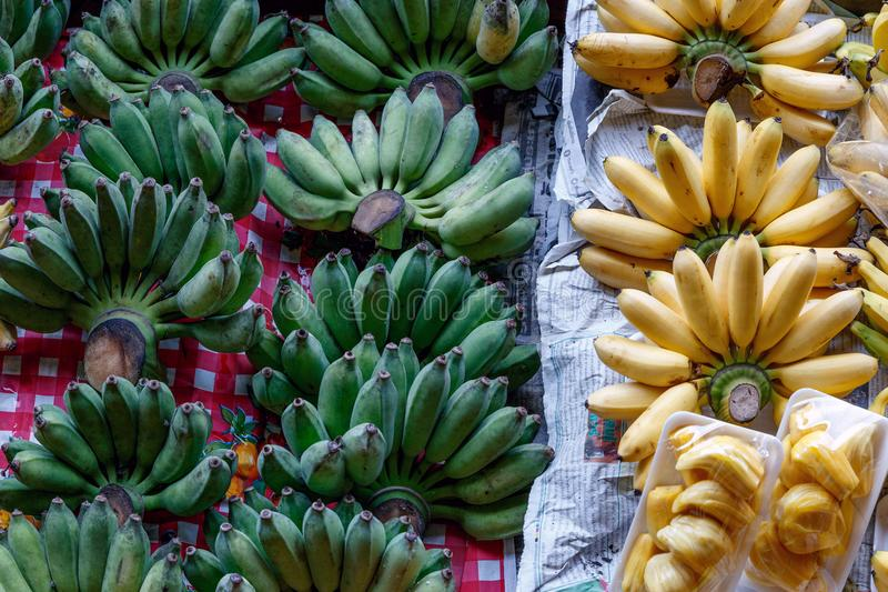 Friskhetbanan och jackfruit i fartyget på att sväva marknaden royaltyfria foton