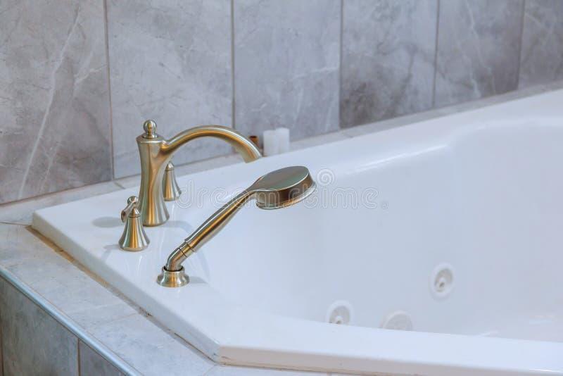 Fristående bad med det vita moderna badrummet för bad arkivfoto