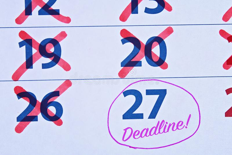 Fristenwort geschrieben auf den Kalender procrastination Sachen bis später verschieben lizenzfreie stockfotos