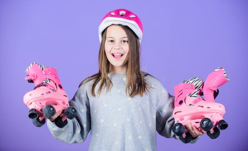 fristil åka skridskor för fristilrulle Sportframgång loppgenomkörare av den tonåriga flickan Aktivitet för åka skridskor för rull royaltyfri bild