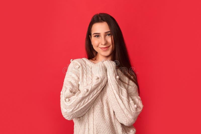 fristil Anseende för ung kvinna på röda händer i den älskvärda bröstkorgen royaltyfria foton