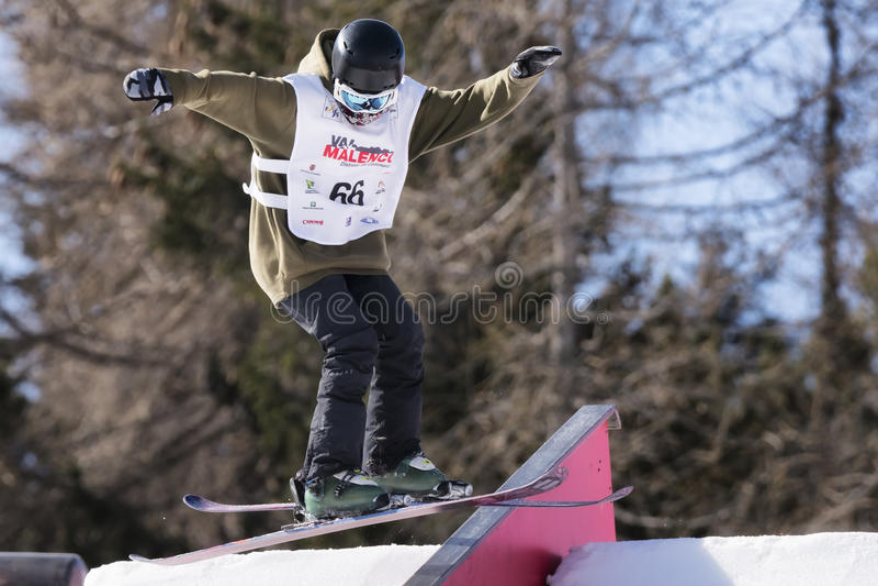 Fristil skidar FIS Junior World Chanpionship, idrottsman nen i slopestyle arkivbild