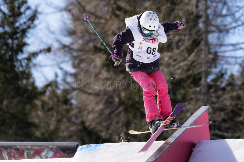 Fristil skidar FIS Junior World Chanpionship, idrottsman nen i slopestyle royaltyfria foton