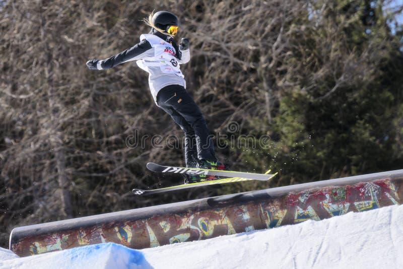 Fristil skidar FIS Junior World Chanpionship, idrottsman nen i slopestyle arkivfoton