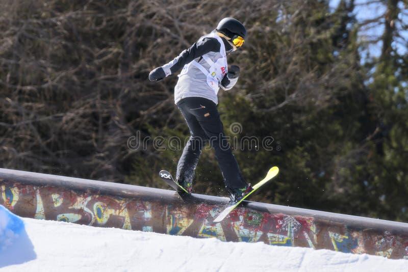Fristil skidar FIS Junior World Chanpionship, idrottsman nen i slopestyle arkivbilder