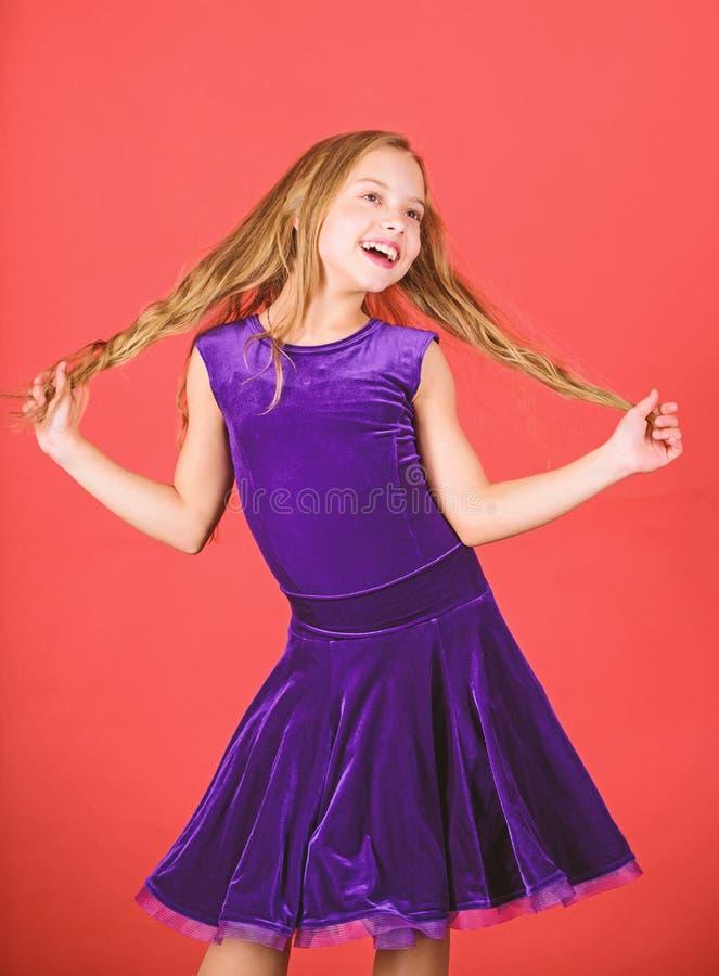 Frisur f?r T?nzer Wie man saubere Frisur f?r Kind macht Lateinische Tanzfrisuren des Ballsaals Kinderm?dchen mit langer Haarabnut lizenzfreie stockbilder