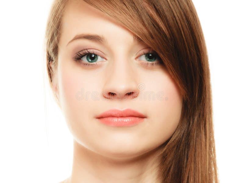 frisur Porträt des Mädchens mit langem Knallbedeckungsauge stockbilder