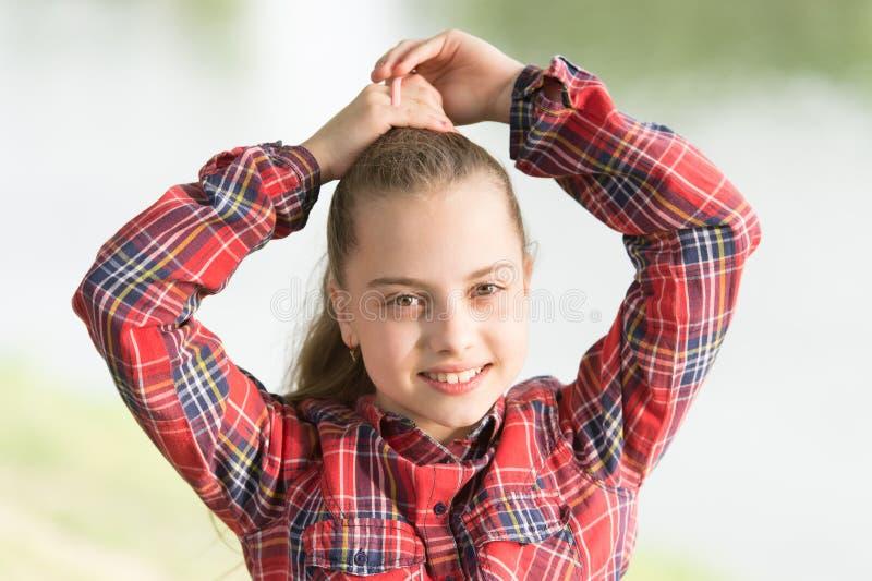 Frisuren, zum an den windigen Tagen zu tragen Fühlen gemütlich und bequem am windigen Tag Abkommen mit dem langen Haar am windige lizenzfreie stockfotos