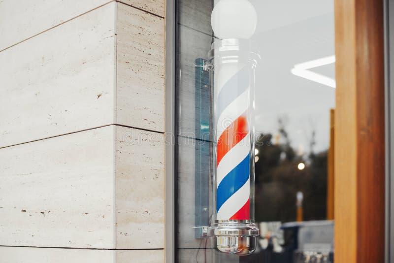 Frisurnsaalweinlese-Friseurpfosten im Friseursalonschaukasten lizenzfreie stockbilder
