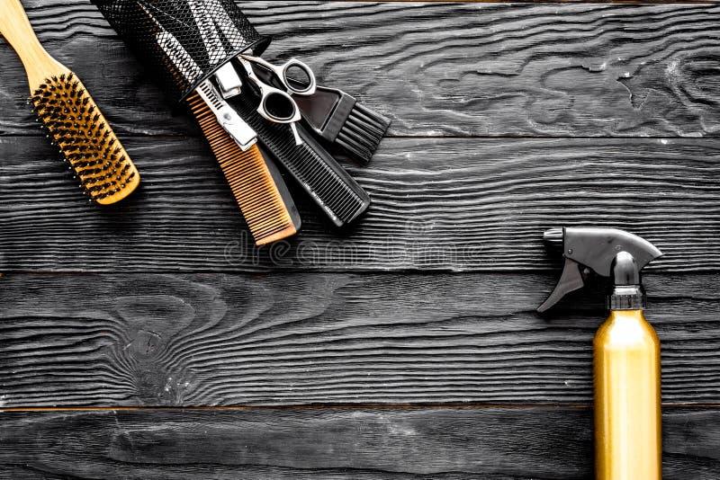 Frisurnwerkzeuge auf grauem hölzernem Draufsichtraum des Hintergrundes für Text lizenzfreie stockbilder