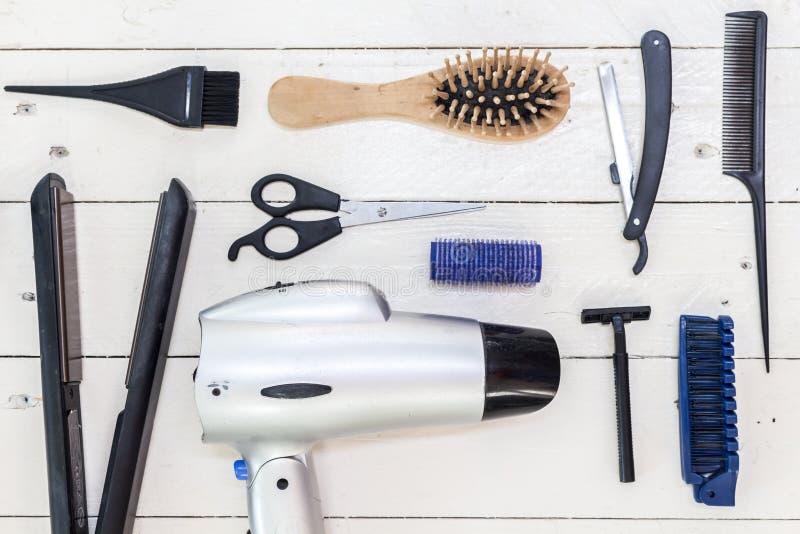 Frisurnwerkzeuge auf weißem Holztisch stockfotos