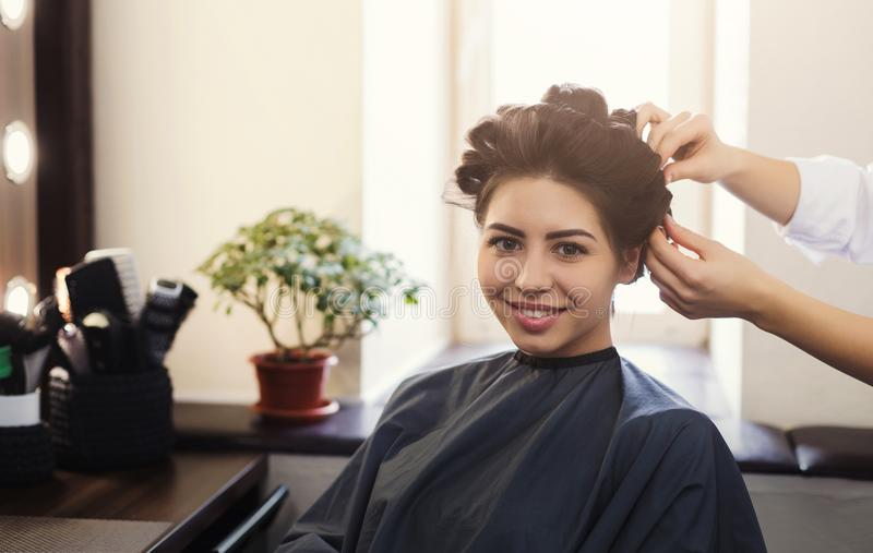 Frisyr för kvinnafrisördanande i skönhetsalong royaltyfri foto