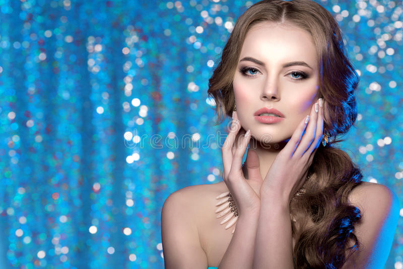Frisyr för ursnygg makeup för skönhet för vinterkvinnamodell stilfull dig royaltyfri fotografi