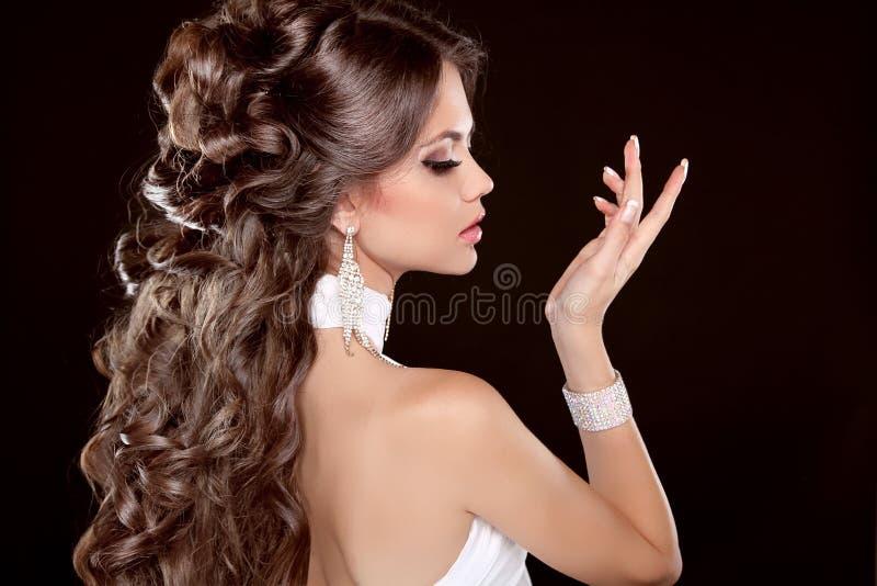 Frisyr. Långt hår. Stående för glamourmodekvinna av Beautifu arkivbild