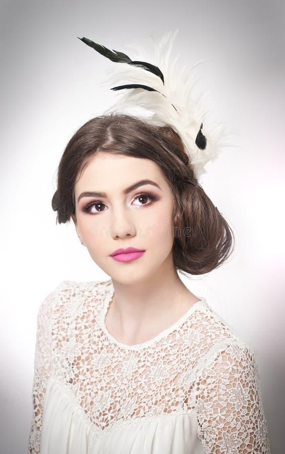 Frisyr och smink - härlig ung flickakonststående Äkta naturlig brunett med idérik frisyr, studioskott _ royaltyfri fotografi