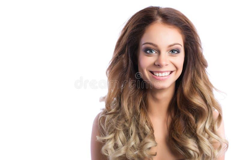 frisyr Skönhetkvinna med långt lockigt hår arkivfoton