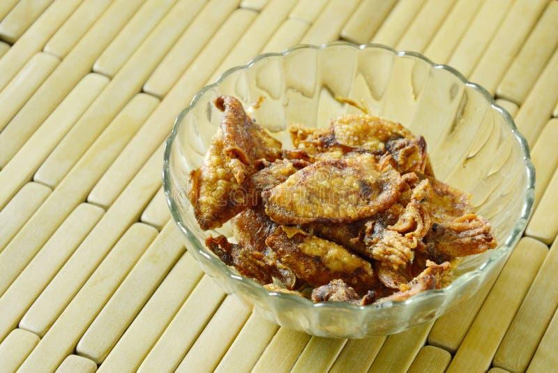Frit desséchez le calmar en huile sur la tasse en verre photographie stock