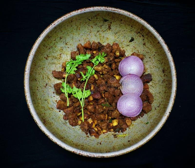 Frita de carne de bovino do estilo sul-indiano com coco e folha de coentro como alimento de inverno imagem de stock