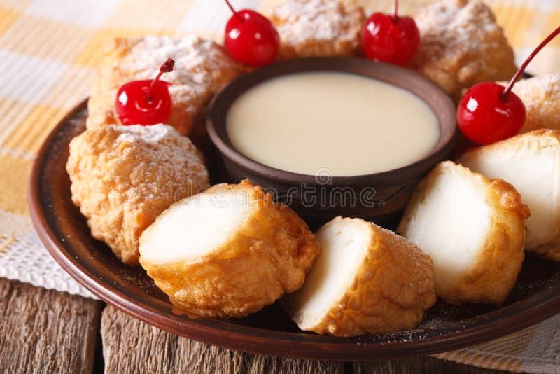 Frita de Leche da sobremesa com leite condensado e close up das cerejas Ho imagens de stock royalty free