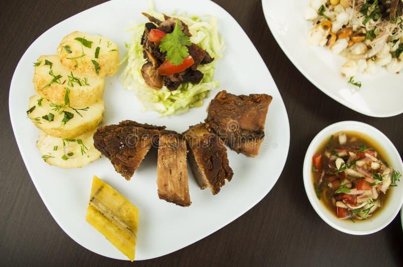 Fritada a fait frire la nourriture traditionnelle de porc d'Equateur photographie stock libre de droits