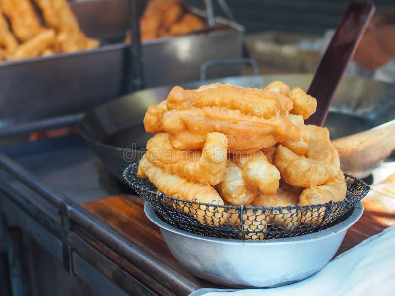 Fritada Patongko, palillos fritos de Youtiao de la pasta imagenes de archivo