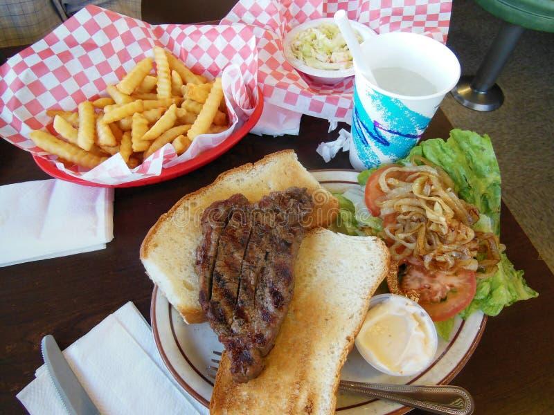 Fritadas e salada de repolho do sanduíche de bife foto de stock royalty free