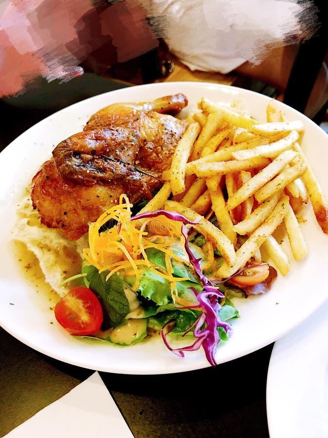 Fritadas & saladas perfeitas de Rosemary Roasted Half Chicken w imagem de stock