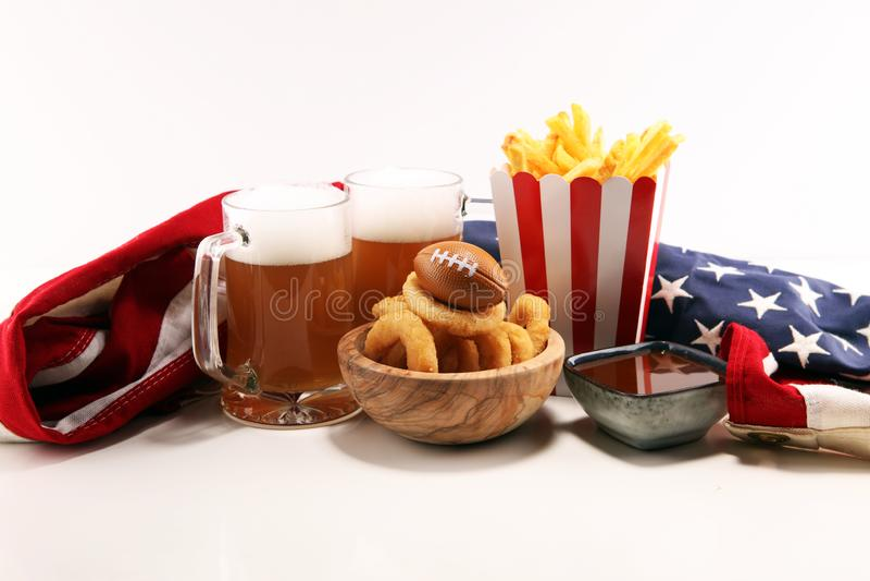 Fritadas y anillos de cebolla para el fútbol en una tabla Grande para el juego del cuenco foto de archivo libre de regalías