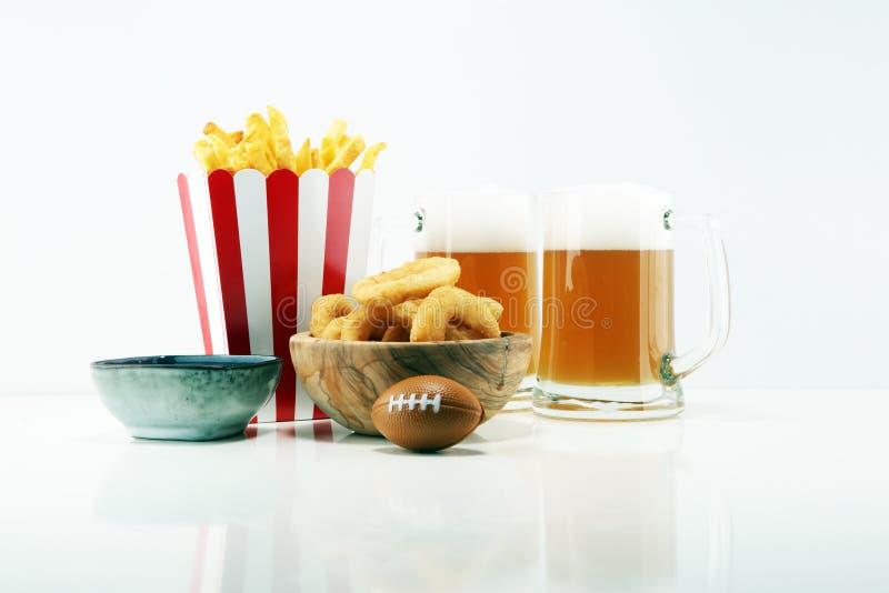 Fritadas y anillos de cebolla para el fútbol en una tabla Grande para el juego del cuenco fotografía de archivo libre de regalías