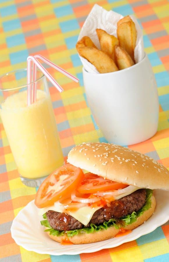 Fritadas y Milkshake de la hamburguesa fotografía de archivo libre de regalías